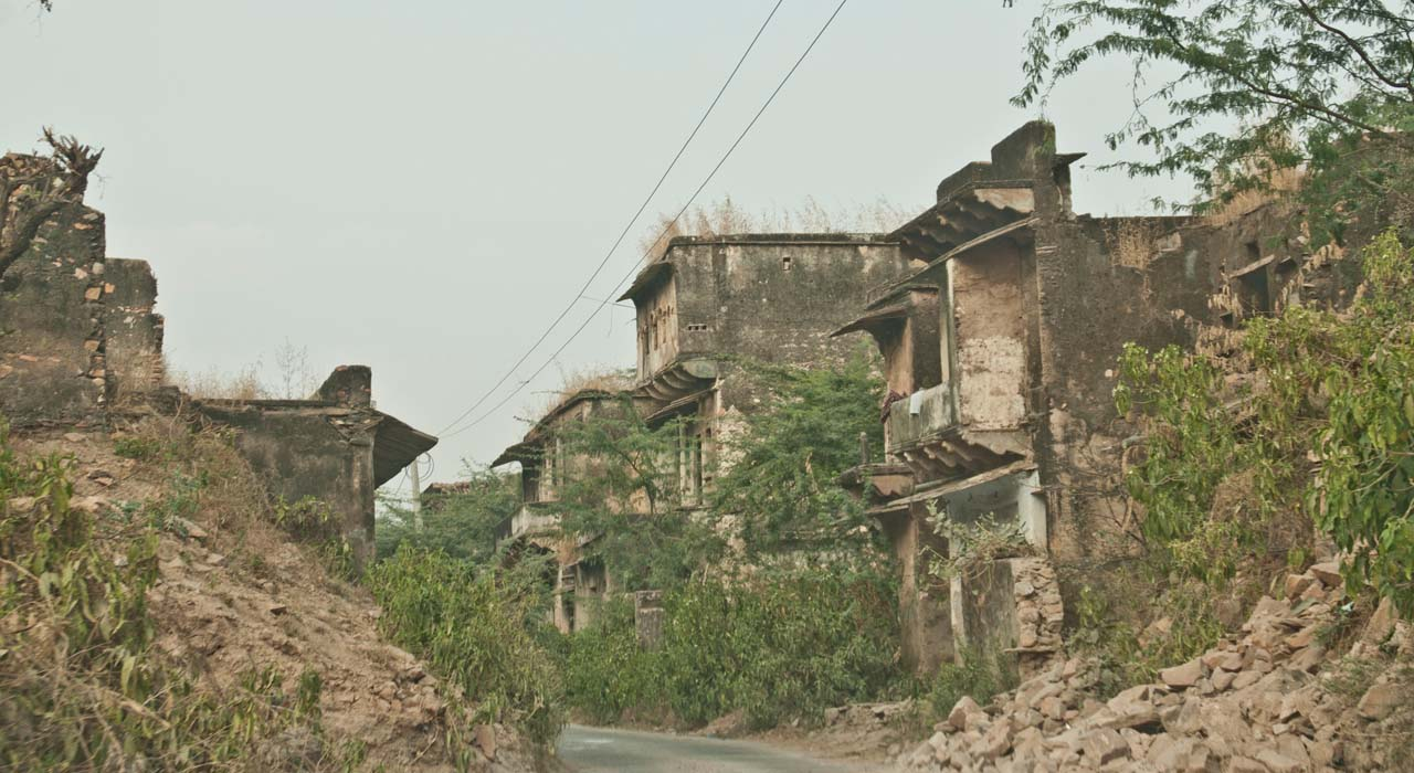 Abandoned village on the way to Bhangarh