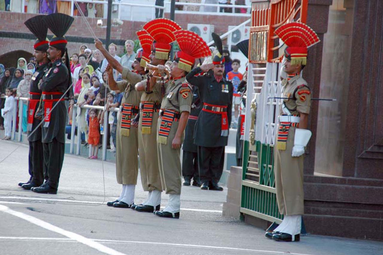 BSF guards and Pakistan Rangers at Attari wagah border