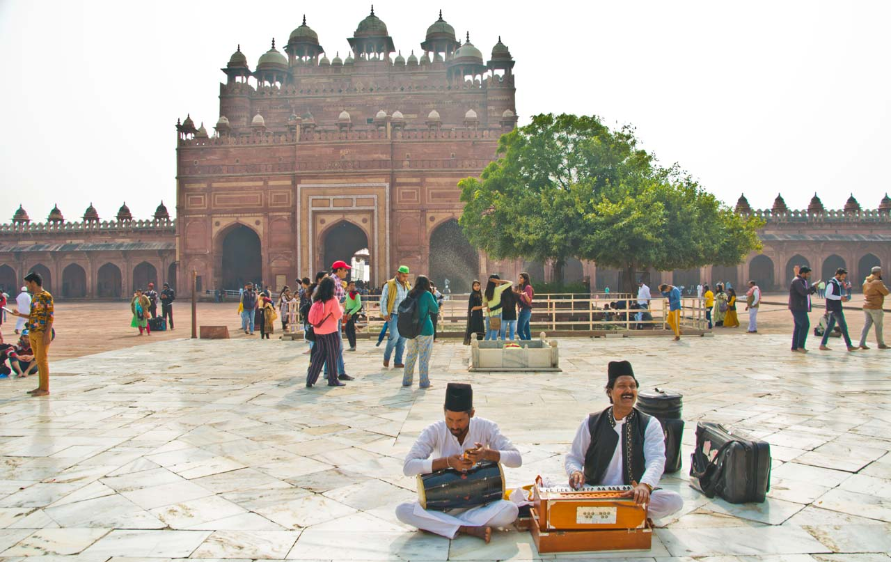 Singer in front of Tomb of Salim Chisti